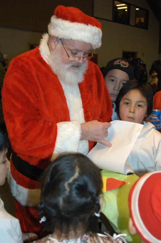 QAANAAQ, Greenland -- Santa Claus reads a book presented to the Airmen of Thule Air Base by children here.  (U.S. Air Force photo by 1st Lt. Jennifer Tribble)