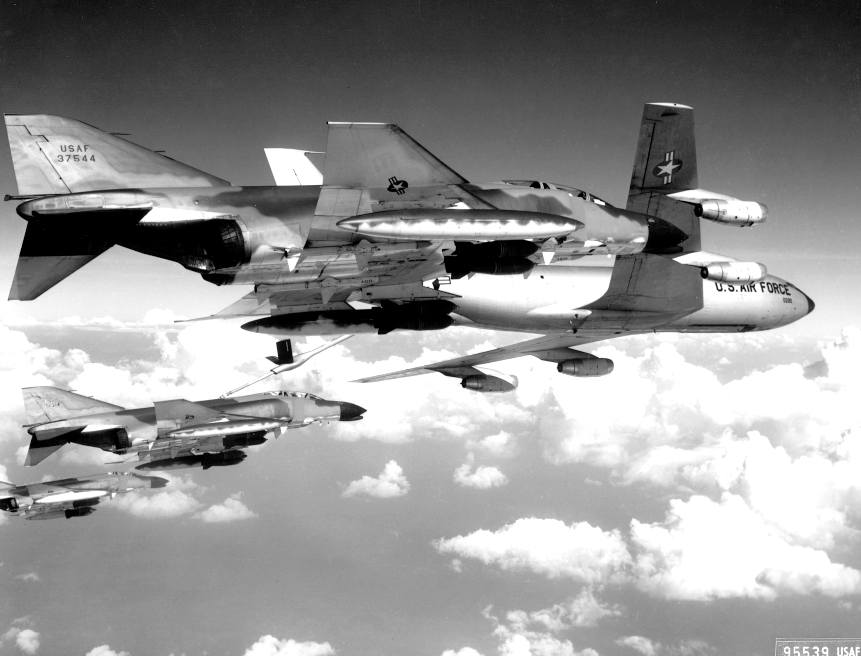 Photos 1960s a flight of us air force f 4c phantom fighter bombers refuel publicscrutiny