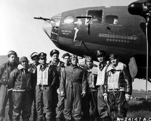 "The B-17 ""Memphis Belle""™ and crew. (U.S. Air Force photo)"