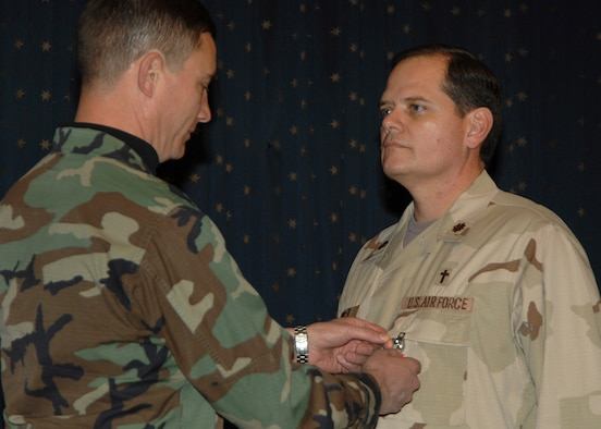 KIRTLAND AIR FORCE BASE, N.M. -- Chap. (Maj.) Thomas Porter, a chaplain with the 377th Air Base Wing, receives a Bronze Star from Col. Robert E. Suminsby, 377th Air Base Wing commander, from his actions while he was deployed in Iraq. While deployed, the chaplain handled the spiritual needs of the servicemembers he was with and worked with the children in the community. (U.S. Air Force photo by Adam Wooten)