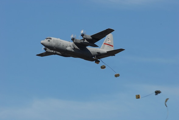 A 50th Airlift Squadron C-130 demonstrates a cargo drop during the 2006 Airpower Arkansas Air Show Nov. 4. (Photo by Senior Airman Jackie Hawkins)