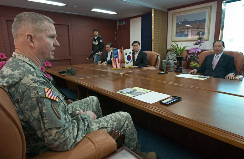 KUNSAN AIR BASE, Republic of Korea  April 10, 2007 -- Gen. B.B Bell, United States Forces Korea commander, speaks with Gunsan City mayor Mr. Moon, Dong Shin April 10 after making an unexpected visit to his office. After hearing about the support the city provides to base personnel, Gen. Bell said he personally wanted to thank the mayor for all he and his staff have done for the Airmen and Soldiers assigned to Kunsan. (Air Force photo/Senior Airman Barry Loo)