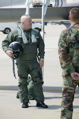 SHAW AIR FORCE BASE, S.C. -- Chief Master Sgt. Gary Rutledge, 20th Fighter Wing command chief, prepares to step to an F-16 for his final flight flown by Col. James Post, 20th FW commander July 6. Chief Rutledge is retiring after 30 years of service. (U.S. Air Force photo/Senior Airman Holly MacDonald)