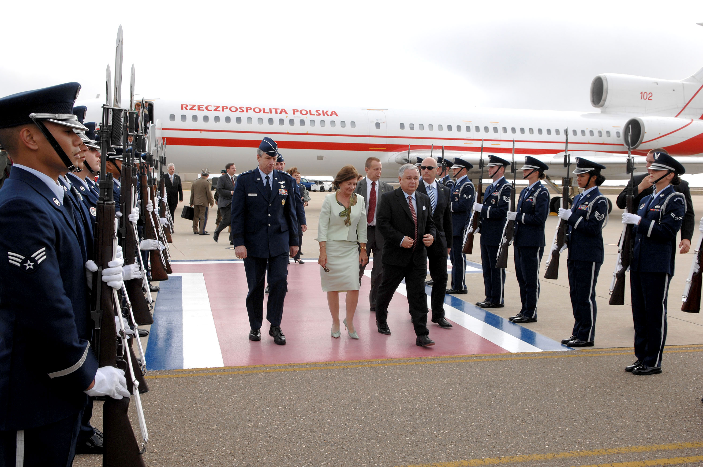 a vandenberg air force base honor guard cordon welcomes polish president lech kaczynski and his wife