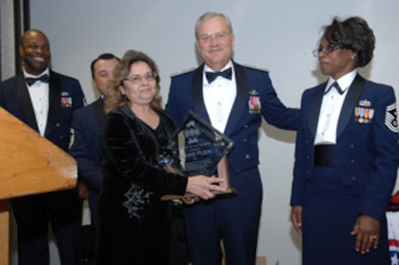 Brig. Gen. James L. Melin, 452nd AMW commander, presents the Order of the Diamond award to Ms. Elaine Plein, 452 AMW. The 452d Air Mobility Wing's 13th Annual Awards Banquet recognized the men and women in the wing who have made a difference in 2006.   The banquet was held at March Air Reserve Base in February.  (U.S. Air Force photos by 4th Combat Camera)