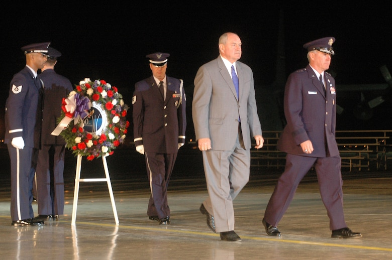 Gov. Sonny Perdue and Maj. Gen. Tom Owen place a wreath to honor fallen heroes. U.S. Air Force photo by Sue Sapp