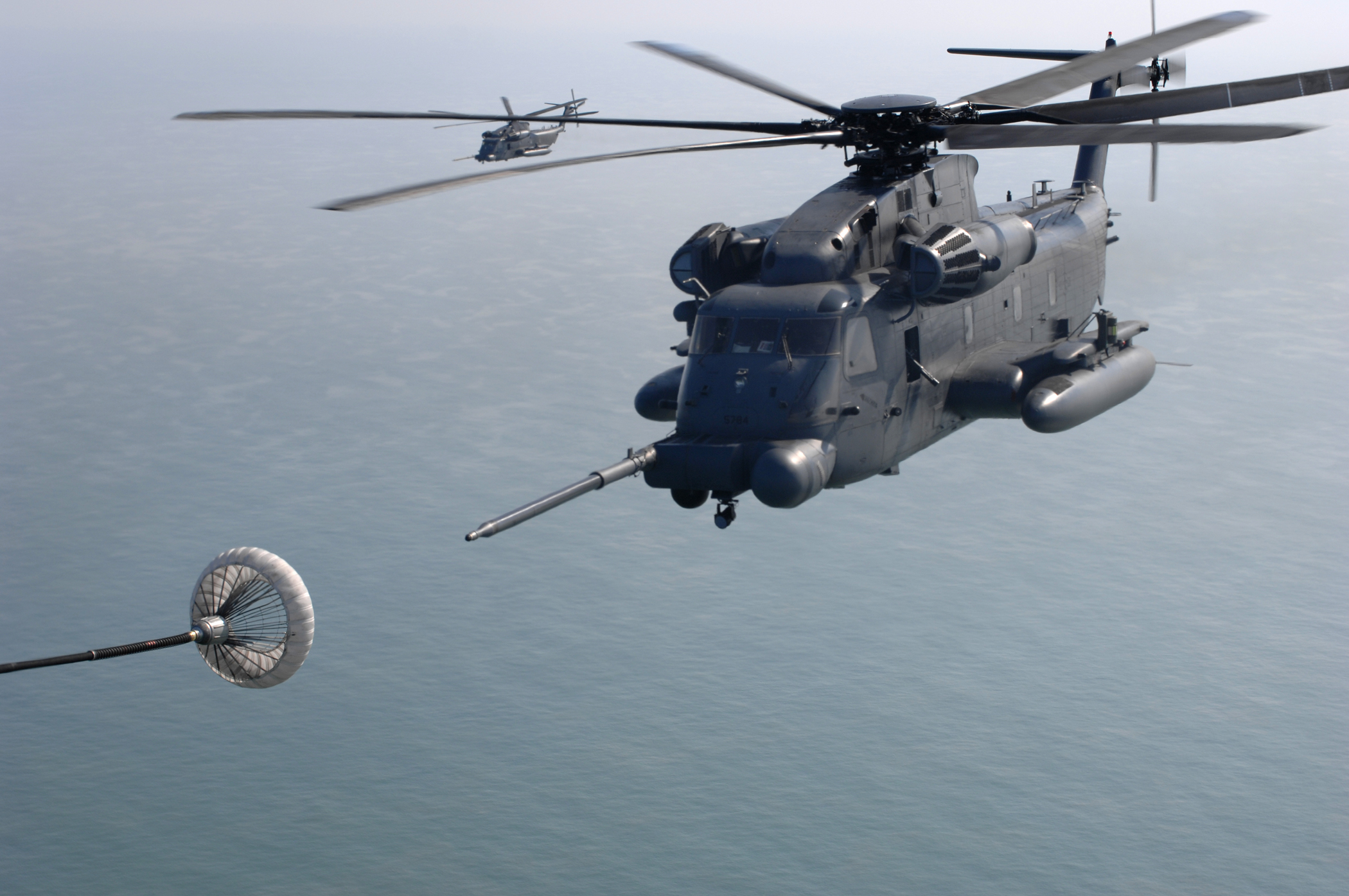 Mid-air refueling of Blackhawk helicopter | Aviation and space ...