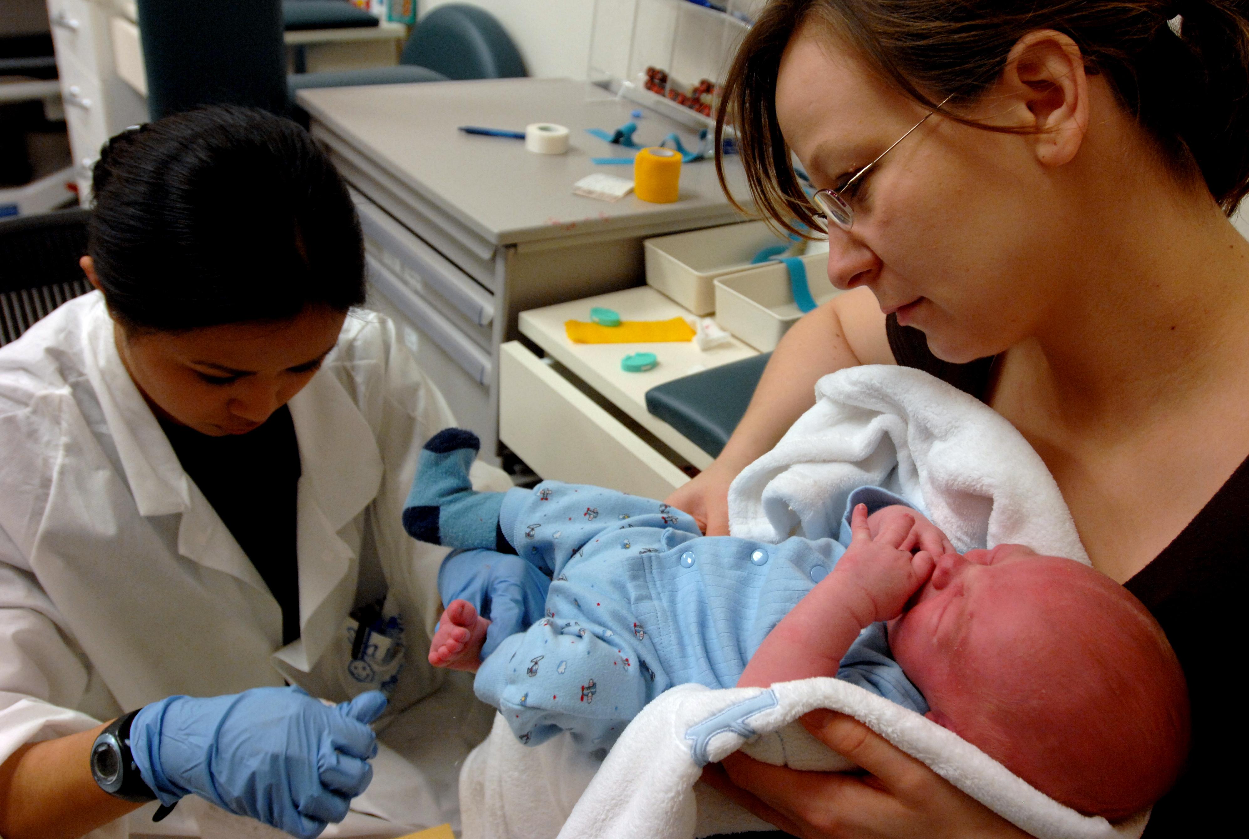 """Lekarze tuż po porodzie zakładają kobietom """"szew mężowski"""". Często ma bolesne konsekwencje"""