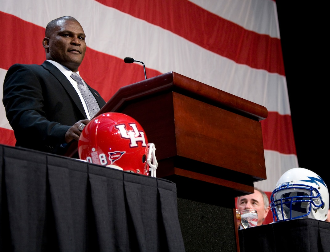 Wounded in Iraq in May 2007, former Army Lt. Col. Greg Gadson speaks Dec. 30 during the Bell Helicopter Armed Forces Bowl luncheon. Colonel Gadson gave a motivational speech to the University of Houston Cougars and the U.S. Air Force Academy Falcons teams at the luncheon. (Department of Defense photo/Lance Cpl. Bryan G. Carfrey)