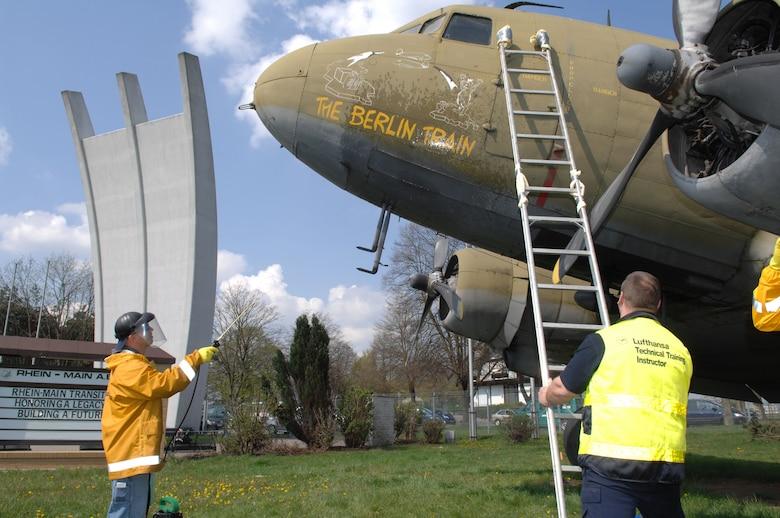 airmen help restore berlin airlift memorial ramstein air base article display. Black Bedroom Furniture Sets. Home Design Ideas