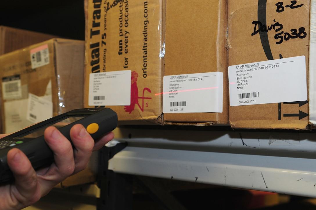 Ein Mensch scannt Barcodes auf Kartons