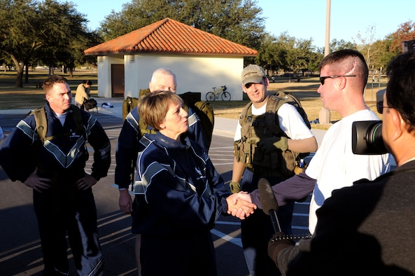 Maj. Gen. K.C. McClain, Air Force Personnel Center commander, greets Staff Sgt. Scott Lilley at the AFPC Warrior Care Run on Nov. 25, 2008, at Randolph Air Force Base, Texas. Sergeant Lilley is an Air Force wounded warrior currently stationed at Lackland AFB, Texas, who spoke at the event. (USAF Photo by Don Lindsey)