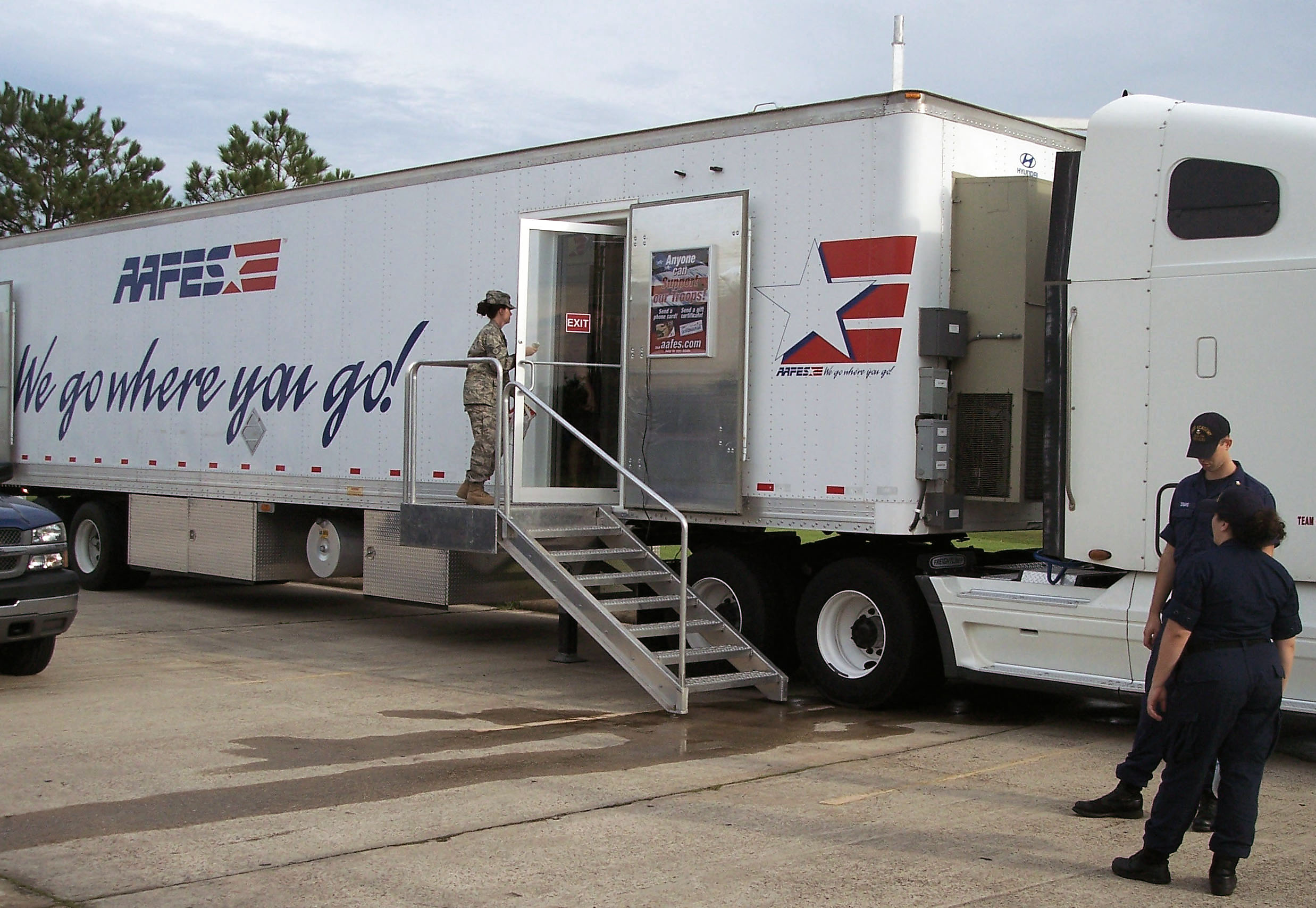 AAFES supports troops bringing relief to Ike victims > U S