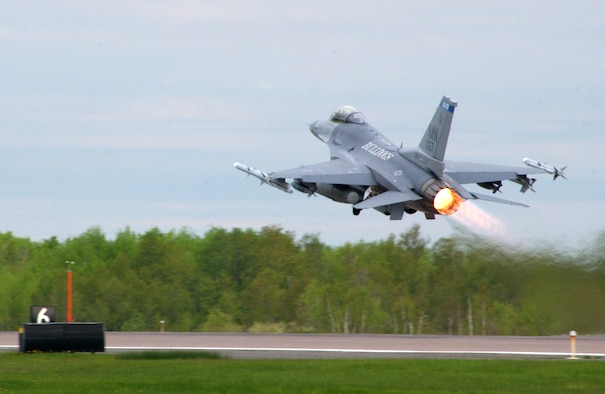 An F-16C Fighting Falcon of the 148th Fighter Wing takes off during an exercise May 20, 2006 in Duluth, Minn.  (US Air Force Photo by TSgt Brett R. Ewald)