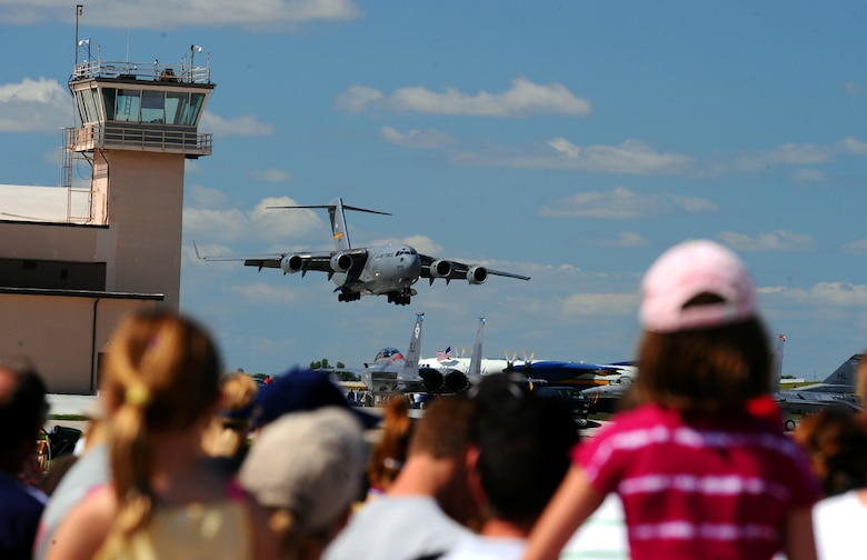 OFFUTT AIR FORCE BASE Neb. -- A C-17 Globemaster demonstrates its ability to land with less than 1,500 feet of runway during the 2009 Defenders of Freedom Open House and Air Show here Aug. 29 - 30. The C-17's ability to land with minimal distance allows it to utilize thousands of short air fields worldwide. U.S. Air Force Photo by Josh Plueger