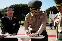 Lt. Gen. Lee Hong Hee, commandant of the Republic of Korea Marine Corps, signs an official guest book commemorating his visit to pay tribute to fallen service members who fought for his country more than 50 years agoat the National Memorial Cemetery of the Pacific (Punchbowl) here Jan. 19.
