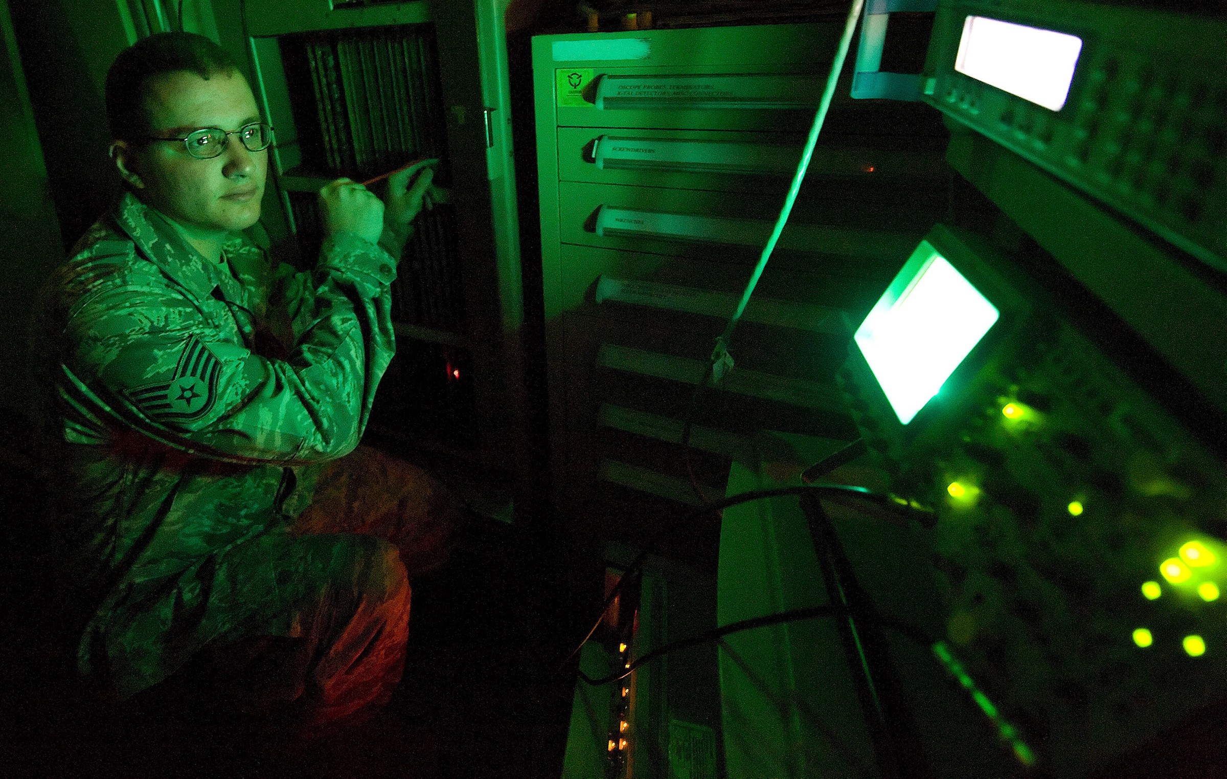ground radar techs keeping the planes flying high > dover air hi res photo details