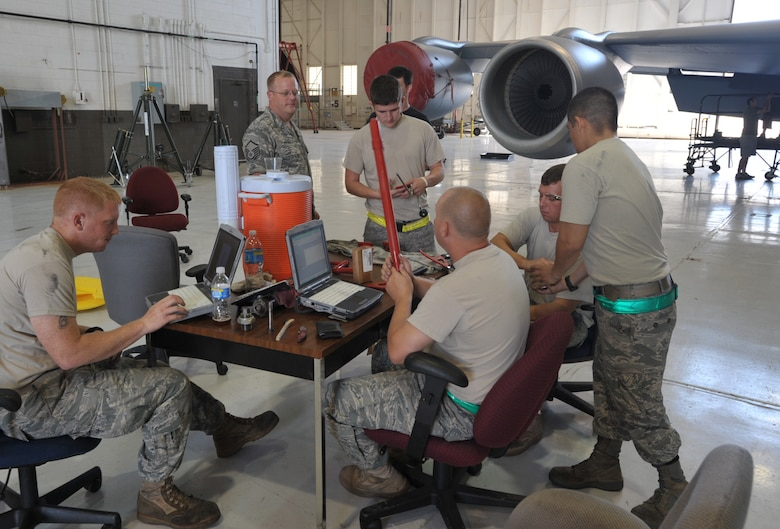 "Master Sgt. Al Ryder (top left) talks with some active-duty Airmen assigned to a maintenance team preparing for Air Mobility Rodeo 2009. Sergeant Ryder is a Reservist assigned to the 931st Aircraft Maintenance Squadron. A ""blended"" team of Reserve and Regular (activ-duty) Airmen from McConnell are preparing for the biennial readiness competition for the first time. (U.S. Air Force photo/Tech. Sgt. Jason Schaap)"