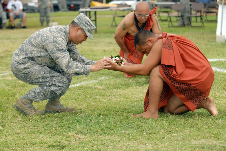 HICKAM AIR FORCE BASE, Hawaii -- Colonel Giovanni Tuck, 15th Airlift Wing commander, offers a gift during the Makahiki Festival here, Nov. 14. For more than two-thousand years, the significance of Lono and his contributions to the beliefs and practices of the early Hawaiian people, influenced the celebration of events held during the Makahiki Festival throughout the Hawaiian Islands. Since Lono was the embodiment of all the characteristics of peace and welfare, all warfare was strictly forbidden during the time of the Makahiki. Since Lono represented the spiritual life-force that came out of all agricultural efforts, much feasting of every kind was done during the four months of the Makahiki. This focus on health and welfare made games of skill that tested a healthy body and mind a focal point of the Makahiki games. (U.S. Air Force photo/Senior Airman Gustavo Gonzalez)