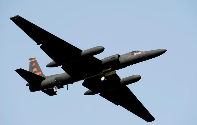 "A U-2 ""Dragon Lady"" takes off from the Osan Air Base, South Korea, flightline Oct. 21, 2009, during the base Air Power Day air show. (U.S. Air Force photo/Staff Sgt. Brian Ferguson)"
