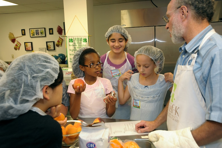 "Aaron Reaven from ""Chef-K"" teaches 4-H culinary campers about proper food preparation. (Photo by Joe Juarez)"