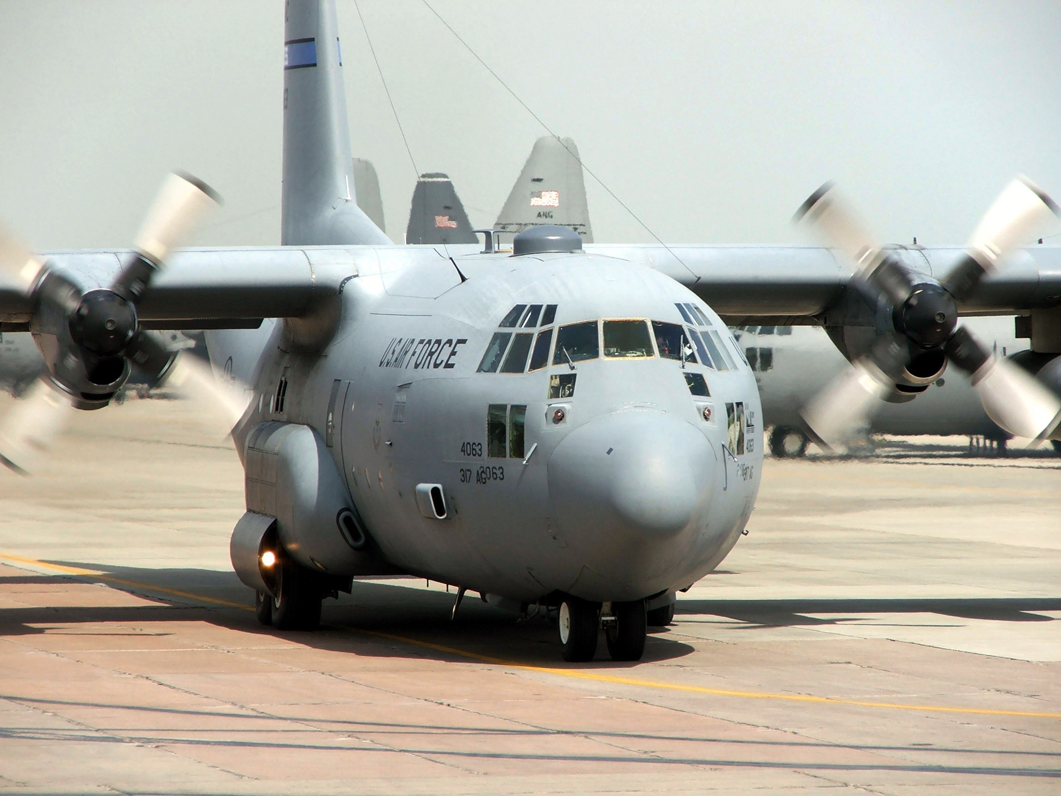 Elicottero C130 : C hercules air force s old reliable airlifter still