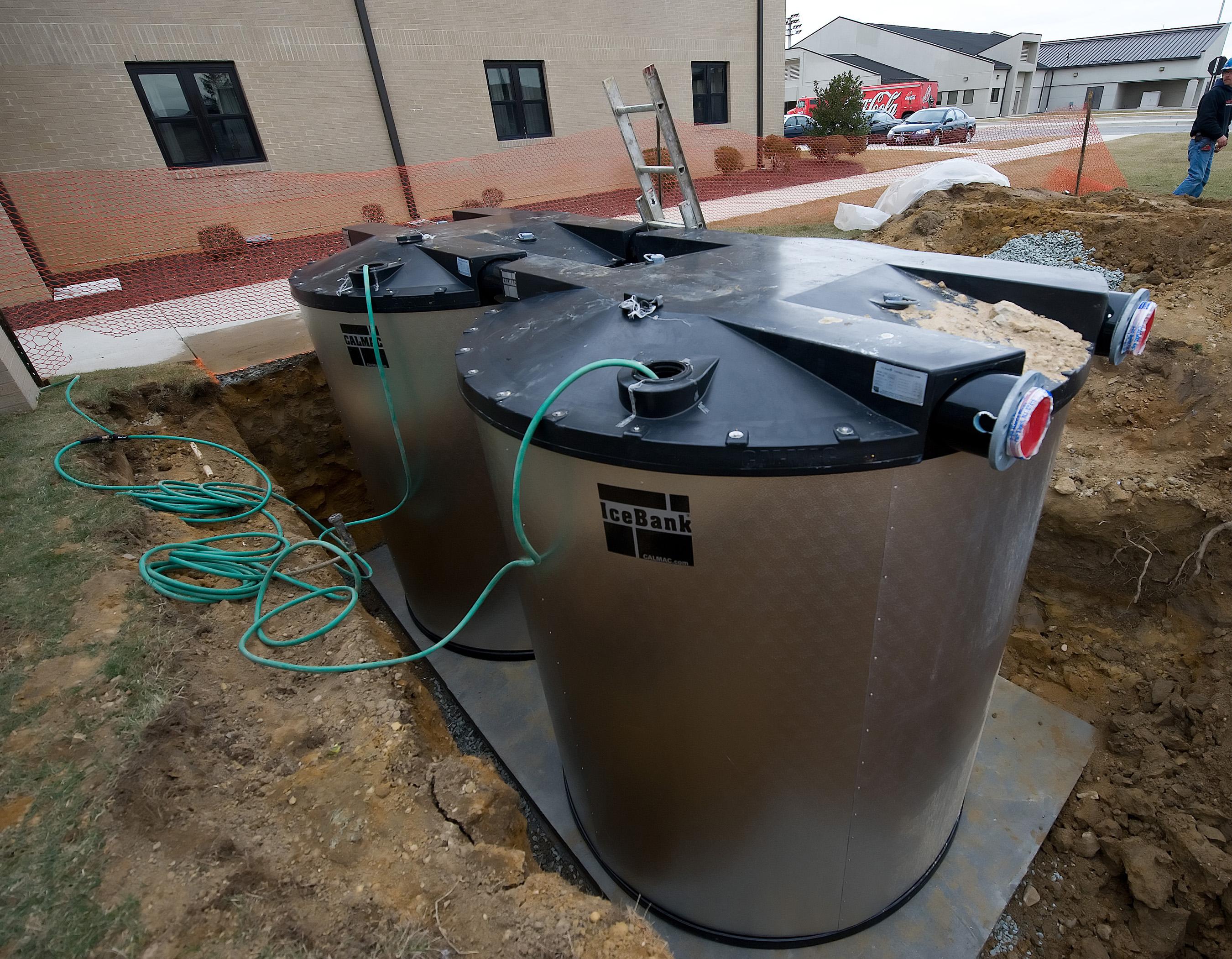"""Ice tanks reduce cost, energy use > Dover Air Force Base > News""""/><figcaption>Eisspeicher</figcaption></figure>    <p> Betrieben wir ein Eisspeicher in Kombination mit einer Wärmepumpe und dient dieser als Wärmequelle. Die Wärmepumpe entzieht dem Wasser thermische Energie, wodurch dieses gefriert. Durch den Phasenwechsel kann die latente Wärme des Wassers genutzt und der Speicher kleiner ausgelegt werden.   </p> </div><!-- .entry-content -->  <footer class="""
