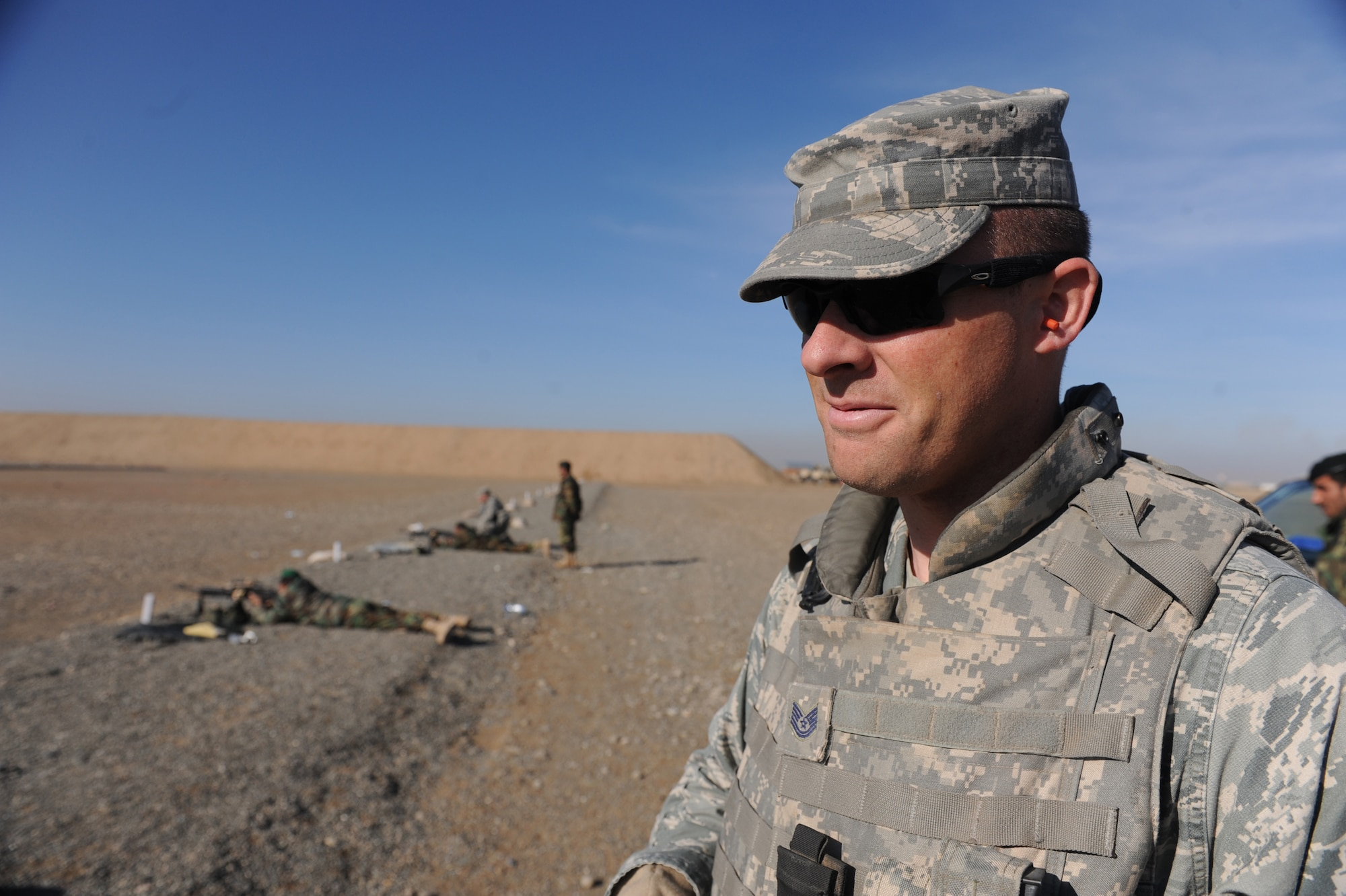Tech. Sgt. Kevin Conley, 738th Air Expeditionary Advisory Group Security Forces advisor, watches Afghanistan National Army Air Corps soldiers train on the M-240B machine gun in Kandahar, Afghanistan, Jan. 4, 2010. Sergeant Conley is one of 24 mentors assigned to the 738th AEAG. He is deployed from Offutt Air Force Base, Neb., in support of Operation Enduring Freedom. (U.S. Air Force photo/Staff Sgt. Manuel J. Martinez/Released)