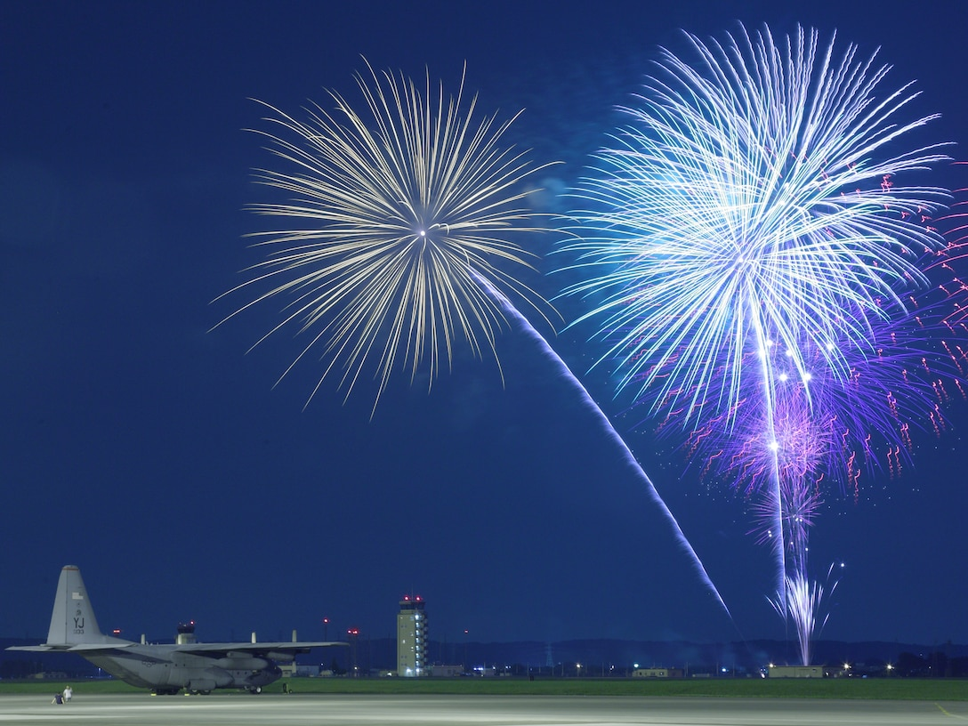 Fireworks burst over Yokota Air Base, Japan, July 4, 2009. The 374th Force Support Squadron provided Yokota residents and their guests with live entertainment, food and fireworks during the celebration. (U.S. Air Force photo/Osakabe Yasuo)