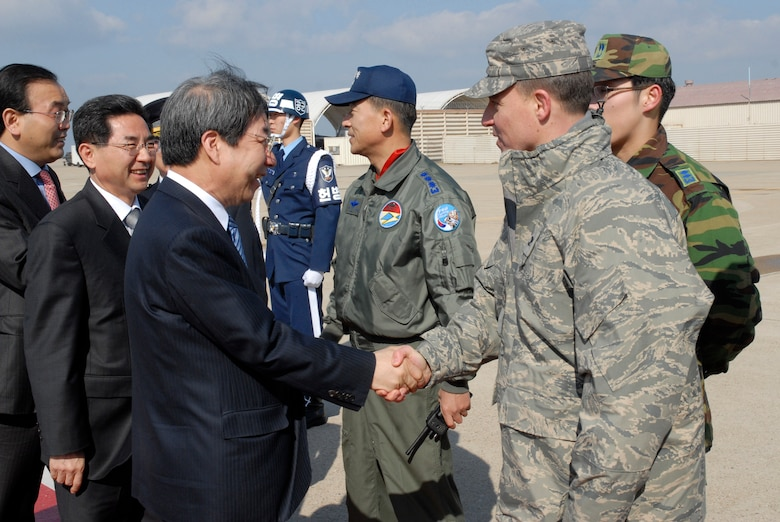 KUNSAN AIR BASE, Republic of Korea -- Mr. Un-chan Chung, Prime Minister of South Korea, greets Col. Robert Givens, commander of the 8th Fighter Wing, during his arrival here March 18. The prime minister met with the governor of Jeonbuk Province and the other city officials and toured the Gunsan area. (U.S. Air Force photo/Staff Sgt. Darnell T. Cannady)
