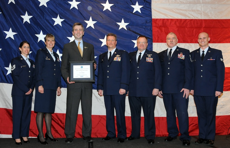 """Don Ness, Mayor of Duluth, Minn. poses for a group photo with members of the 148th Fighter Wing, Duluth, Minn. while attending a Minnesota Employer Support for the Guard and Reserve Banquet held in Oakdale, Minn.  Mayor Ness was at the banquet to accept the """"Above and Beyond Award"""" recognizing the city of Duluth for its support of military employees.  (U.S. Air Force photo by Master Sgt. Ralph J. Kapustka)"""
