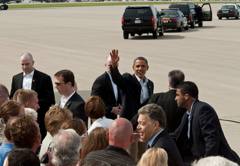 MINNEAPOLIS/ST. PAUL INTERNATIONAL AIRPORT – President Barack Obama waves good-bye to the small group of Airmen and invited guests, leaving to start a 3 day bus tour through Minn., Iowa, and Ill after landing at the 133rd Airlift Wing here Aug. (USAF official photo by Senior Airman Kennith Veillon)
