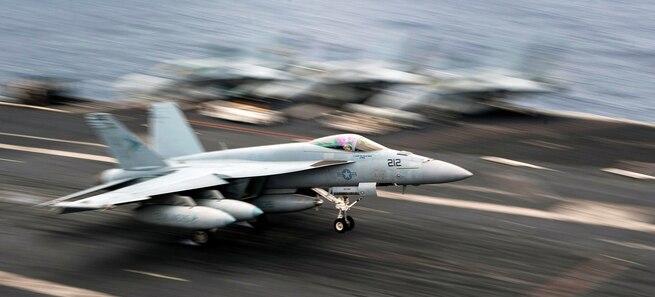 Stíhačka F-18 z letadlové lodi Carl Vinson spadla do moře