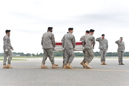 A U.S. Army carry team transfers the remains of Army Pfc. Patricia L. Horne, of Greenwood, Miss., at Dover Air Force Base, Del., Aug. 26, 2012. Horne was assigned to the 96th Aviation Support Battalion, 101st Combat Aviation Brigade, 101st Airborne Division (Air Assault), Fort Campbell, Ky. (U.S. Air Force photo/Roland Balik)
