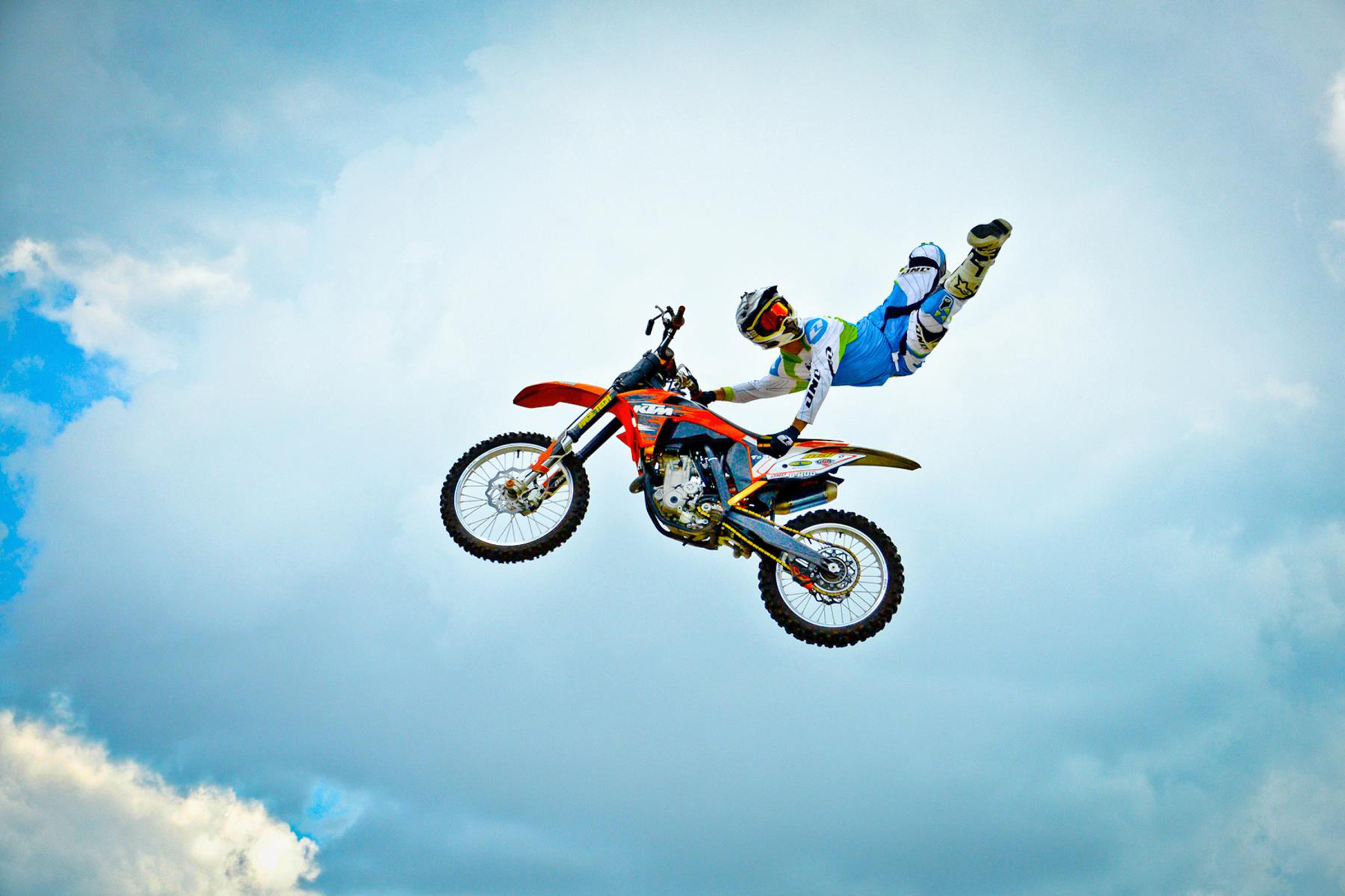 motocross demonstration wows crowd at wpafb 445th airlift wing