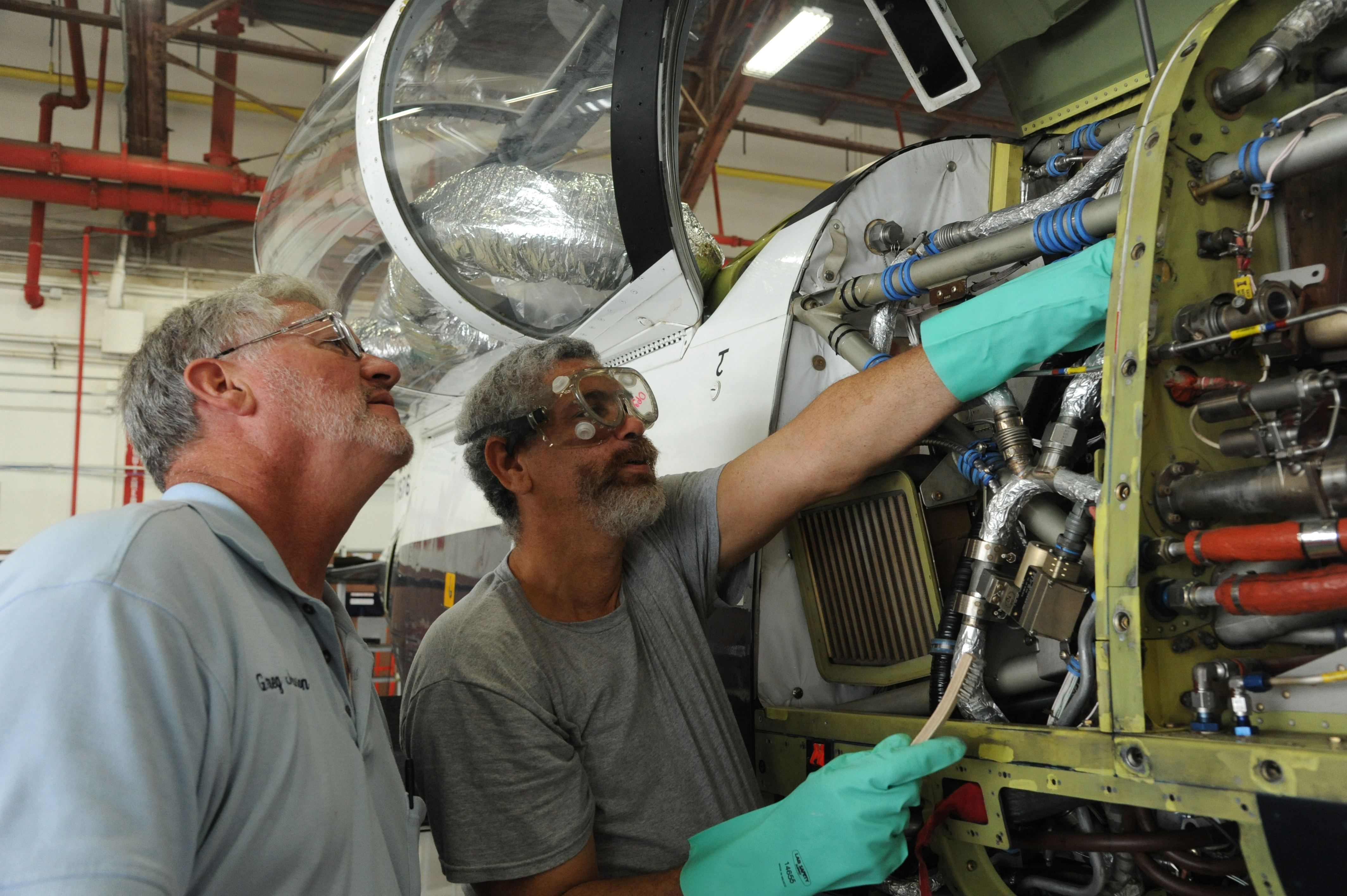 Workers Use Protective Eyewear To Prevent Injuries Gt Joint