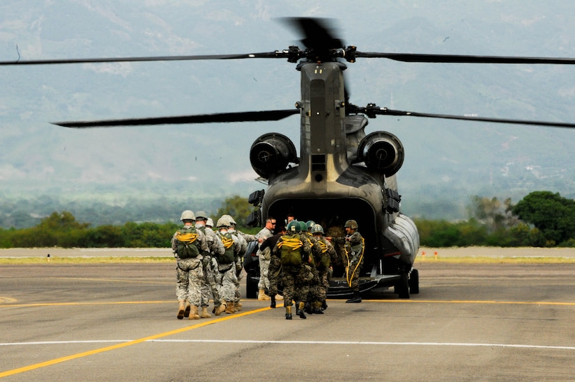 SOTO CANO AB, Honduras – U.S. Army and Honduran army paratroopers load onto a CH-47 Chinook helicopter during a combined airborne exercise at Joint Task Force-Bravo. (U.S. Air Force photo by 1st Lt. Christopher Diaz)