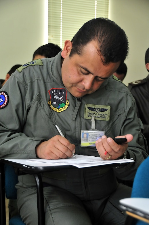 Técnico Subjefe Wilson Martinez, Colombian air force, completes the center of balance handout during a seminar June 6 at Commando Aéreo de Transporte Militar, Bogota, Colombia.  (U.S. Air Force photo by Tech. Sgt. Lesley Waters)