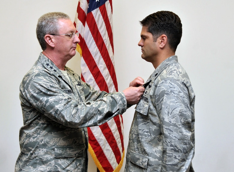 Colonel receives Airman's Medal for act of heroism > Scott Air Force