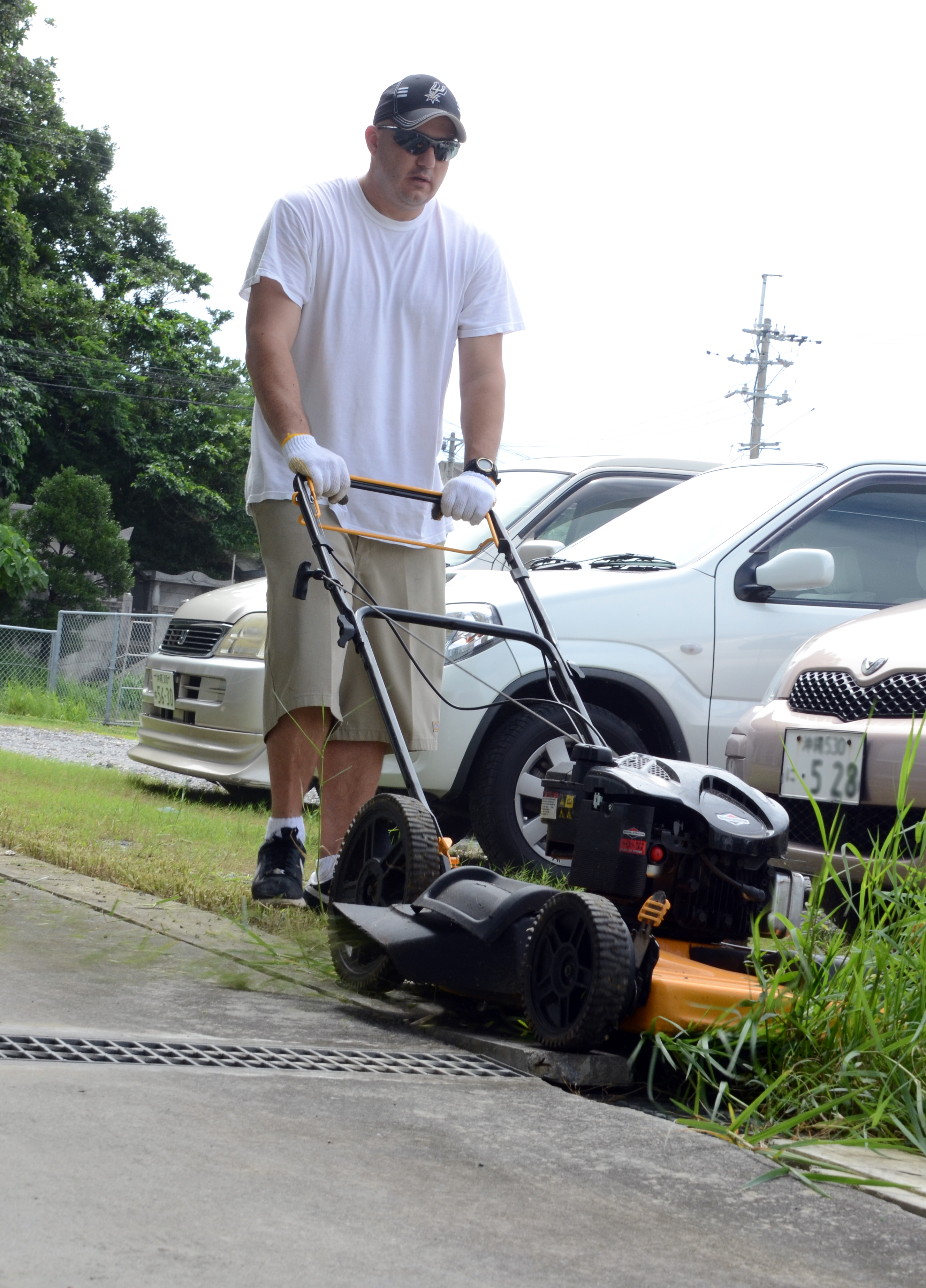 NCO Academy students lend a hand to Okinawan elderly