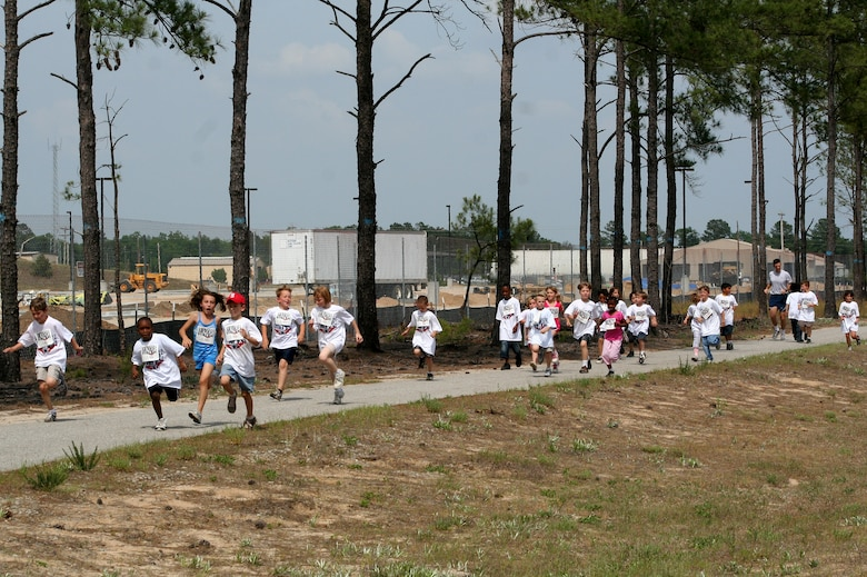 Kids participating in the America s Armed Forces Kids  Run sprint for the finish  line 79b6d3cda51f