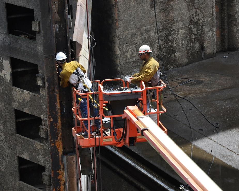 Alabama congressman gets full view of empty Wilson Lock