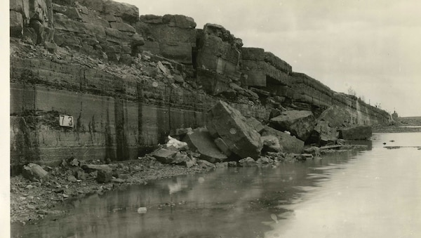 The bottom of the dewatered Livingstone Channel features formidable bedrock and limestone formations in this 1933 photo.