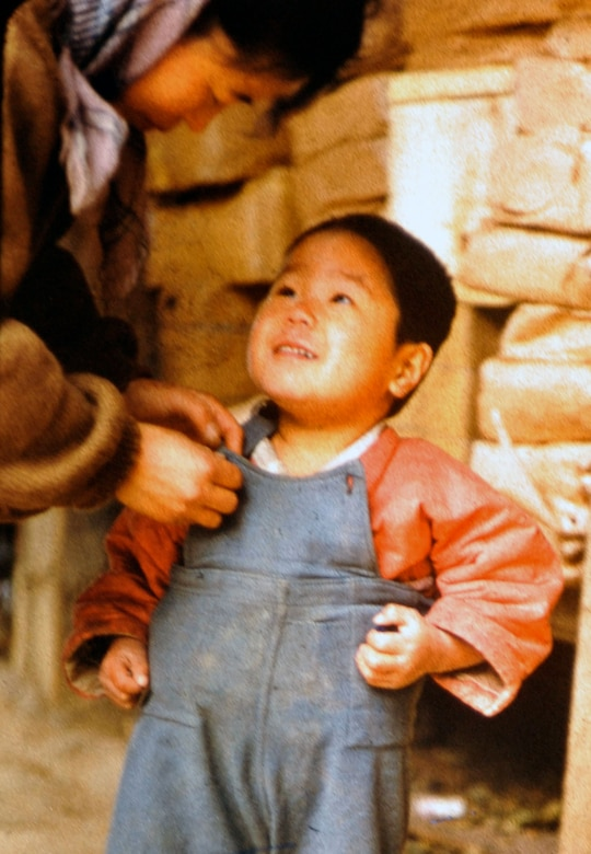 A South Korean child and mother live in an area near the 38th parallel in 1956. Retired U.S. Army Maj. E. Vernon Smith Jr. used photography as a way to preserve memories of his experience during a significant time in military history. (Courtesy photo/Released)