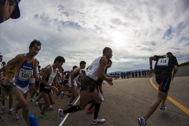 Hagi Iwami Airport Half Marathon participants take off from the starting point of the race Oct. 20, 2013. Thousands of runners could be seen at the race starting point.