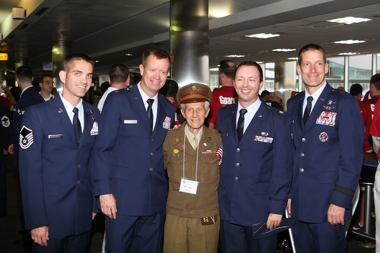 A World War II veteran poses for a photo with members of Air Forces Cyber at Baltimore Washington International Airport Sept. 28. Nearly 400 veterans from World War II, the Korean War and the Vietnam War were greeted by memers of the Air Forces Cyber as they visited Washintton, D.C., to visit their respective memorials. (Courtesy photo)