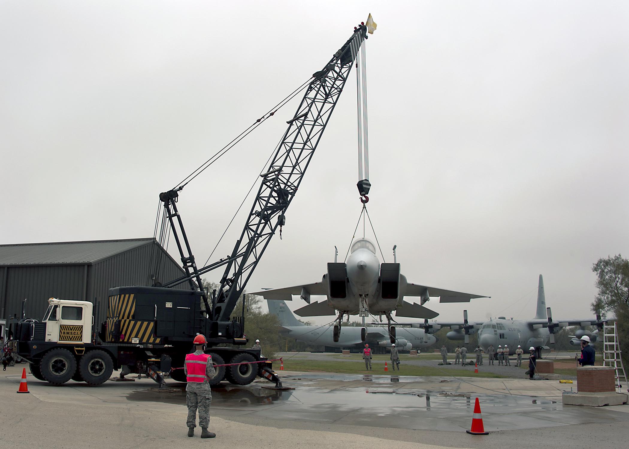 - عن الطائرات المقاتلة  131028-F-DL404-902