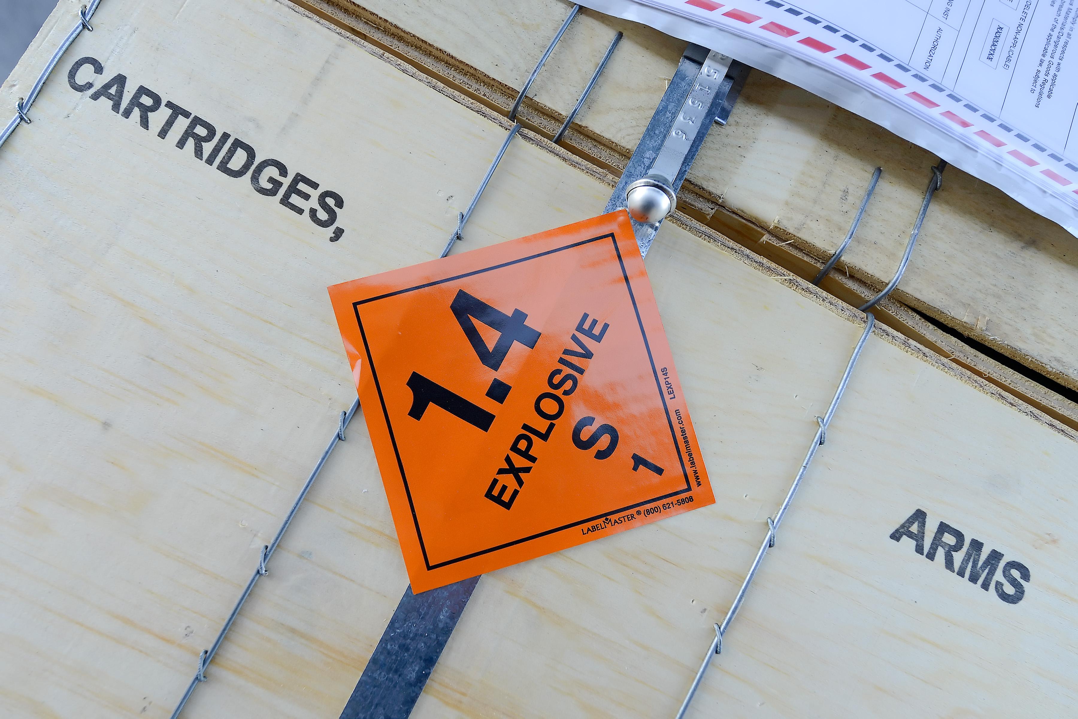 Orangener Sticker auf einer Kiste, auf dem Explosive steht