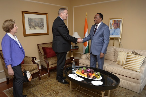 Deputy Defense Secretary Bob Work, center, shakes hands with President Mahamadou Issoufou of Niger, Aug. 7, 2014. The two met in Washington on the heels of the U.S.-Africa Leaders Summit. DoD photo by Glenn Fawcett