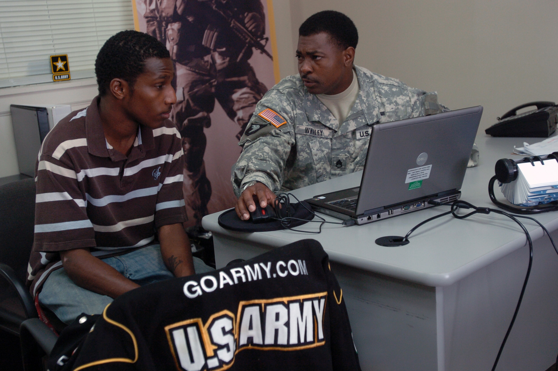 What are the requirements to become a journalist in the air force?